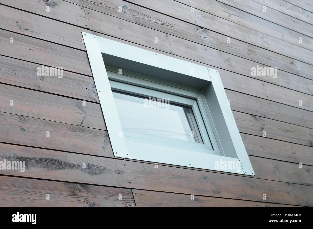 Kunststoff PVC-Fenster in der modernen passive Holzhaus Fassade Wand. PVC-Fenster sind die Nummer eins im Haus Energieeffizienz Stockbild