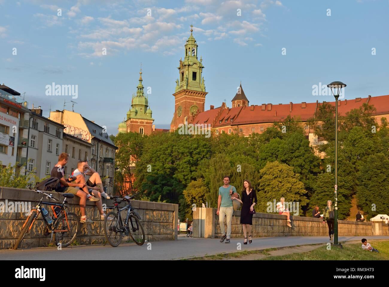 Bürgersteig entlang der Weichsel am Fuße des Wawel, Malopolska Provinz (Kleinpolen), Polen, in Mitteleuropa. Stockbild