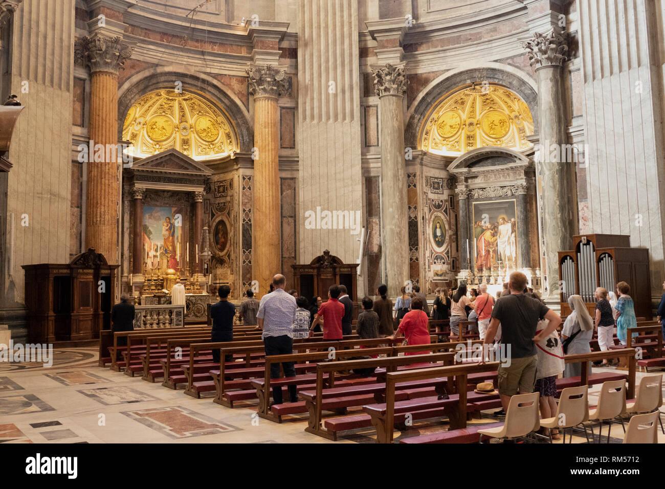 Die Menschen beten am Altar von St. Joseph, St. Peter's Basilica, San Pietro in Vaticano, Päpstliche Basilika St. Peter im Vatikan, Rom, Italien Stockbild
