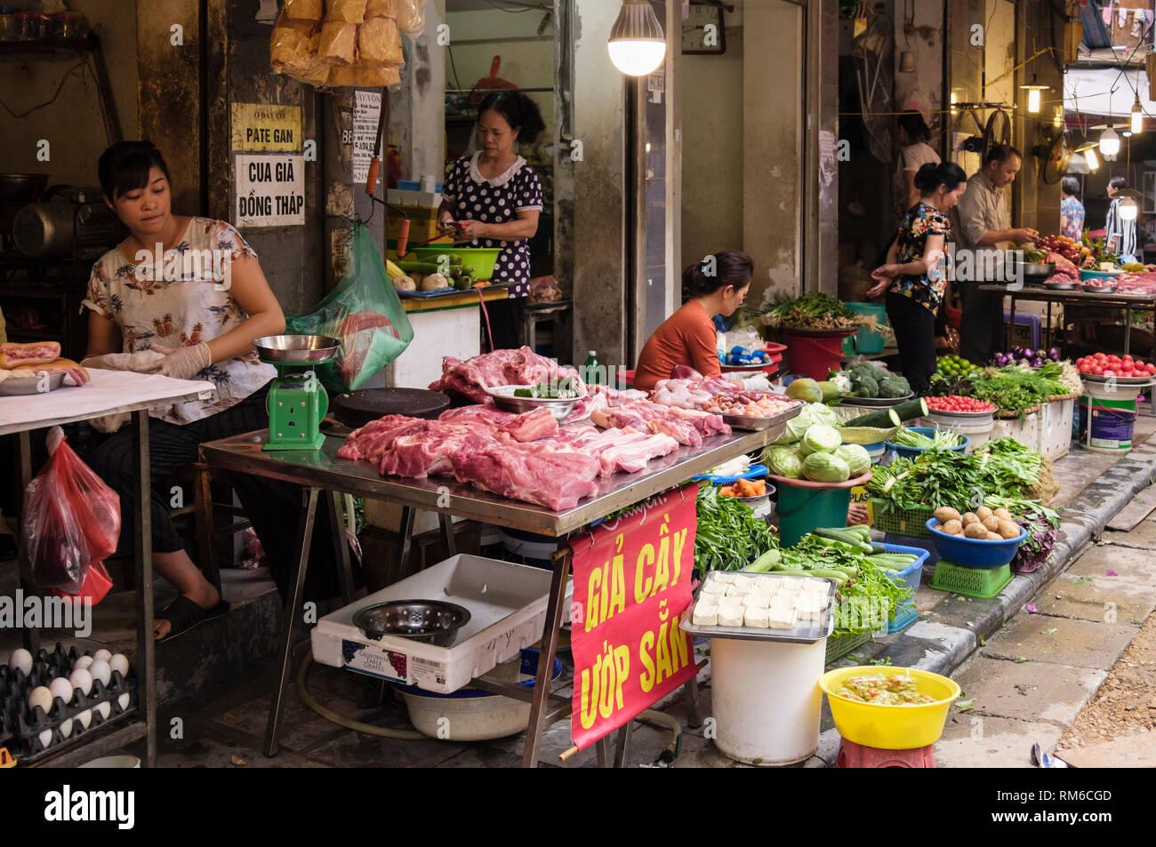 Straßenverkäufer Verkauf von unverpacktem Fleisch und Gemüse auf einer Garküche am Straßenrand in der Altstadt von Hanoi, Vietnam, Asien Stockbild
