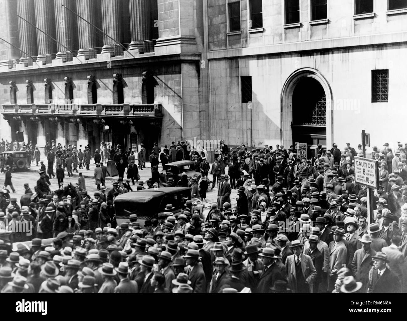 Menschenmassen außerhalb der New Yorker Börse nach dem Crash 1929 Stockfoto