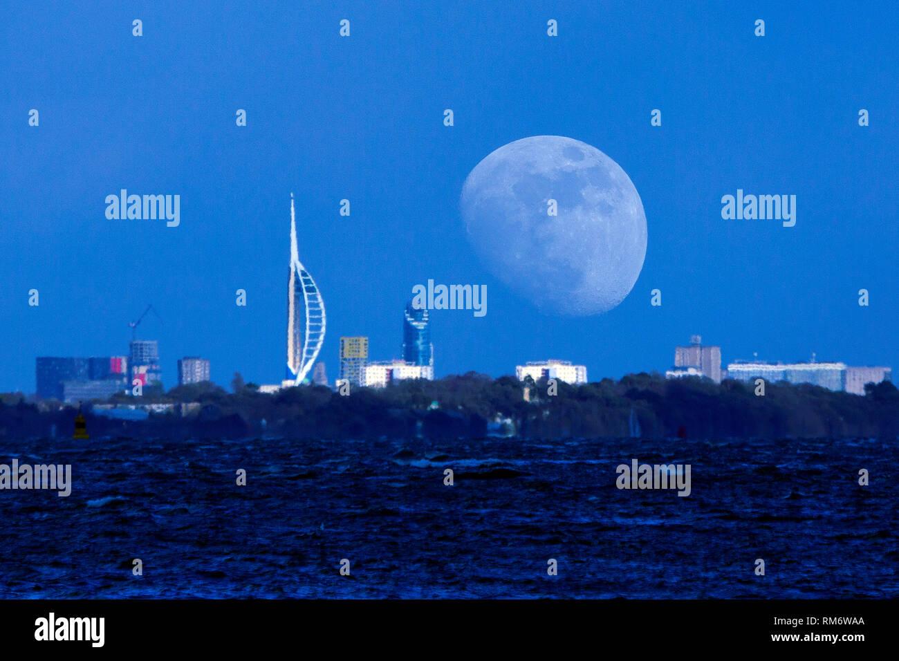 Fantastisch, fantastisch, groß, größte, kolossal, Mond, Aufstieg, Spinaker Tower, Portsmouth, den Solent, aus, Cowes, Isle of Wight, England, Vereinigtes Königreich, Stockbild