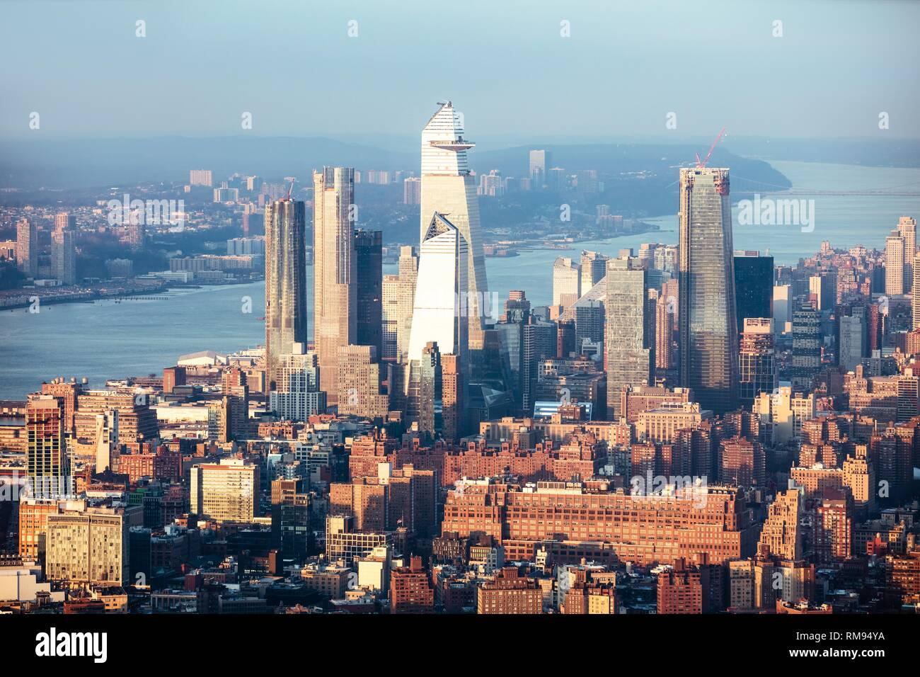 Luftaufnahme von Manhattan Skyline in New York City bei Sonnenuntergang Stockfoto