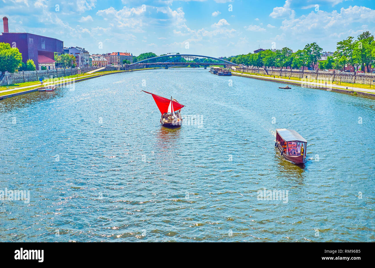 Krakau, Polen - 21. JUNI 2018: Zwei Arten von touristischen Boote, die überdachte Motorboot und Segelschiff, für die mittelalterliche Zeit Liebhaber, am 21. Juni in Krakau. Stockfoto