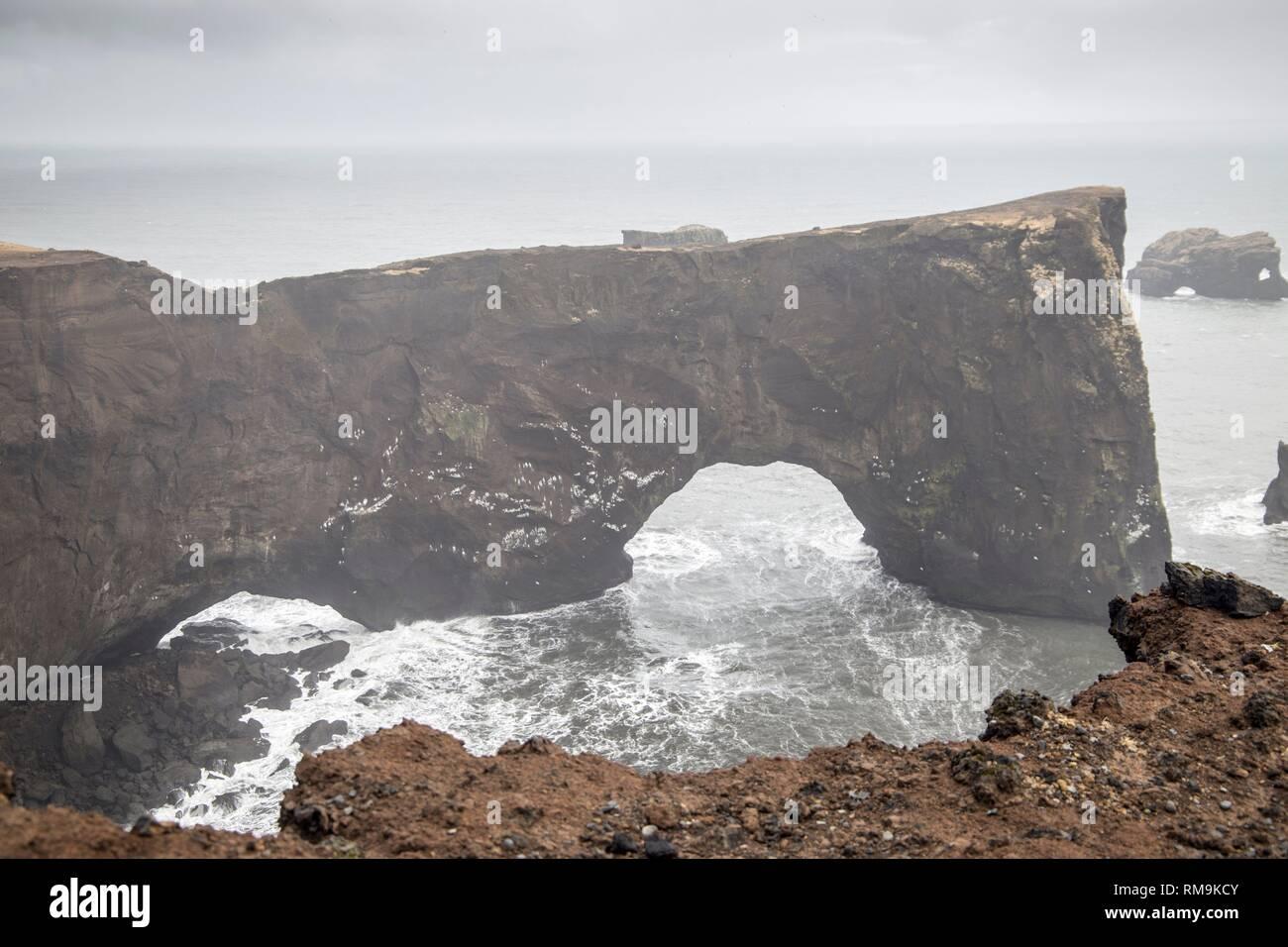 Natural Arch von Dyrholaey Halbinsel - Island. Stockbild