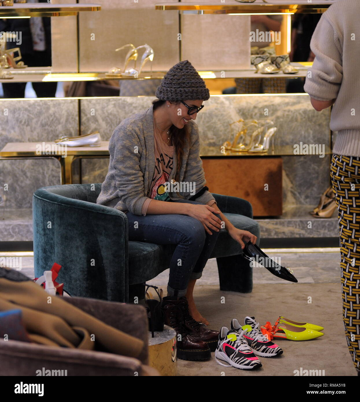 new product 5df33 3617b Mailand, Nina Zilli ist Shopping in der Innenstadt mit ihrem ...