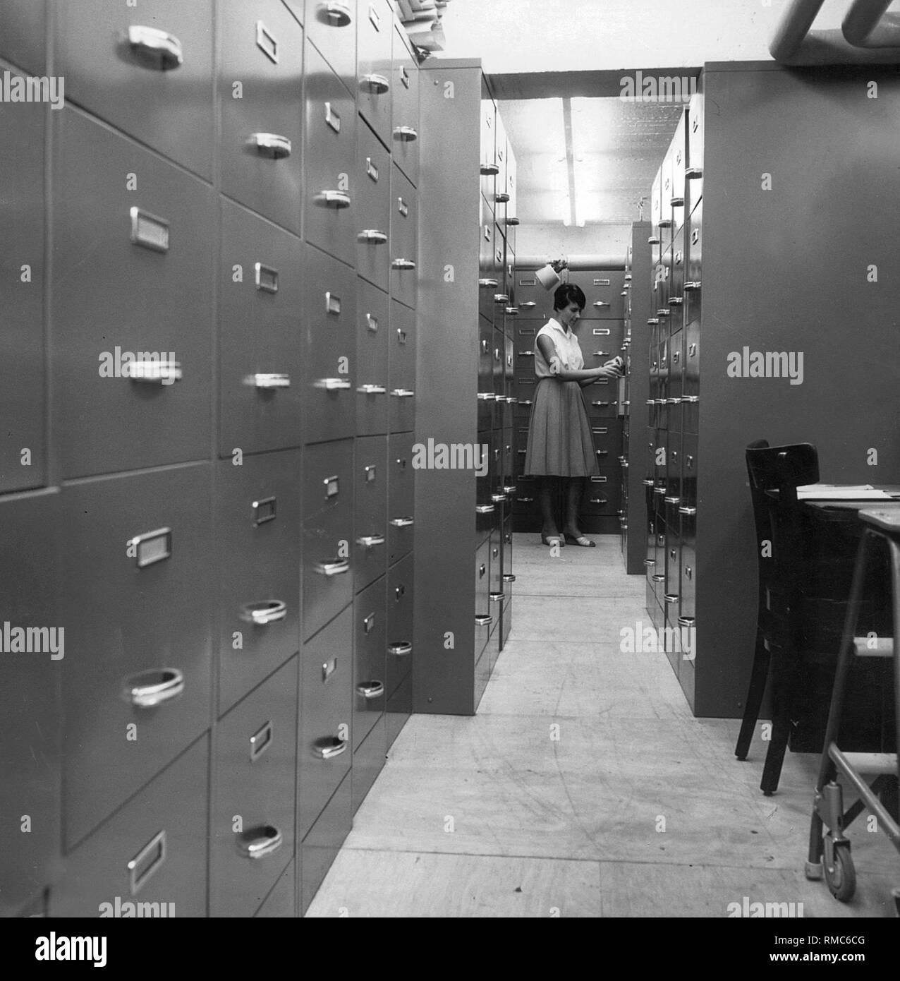 Ein Mitarbeiter des Bildarchivs der Sueddeutsche Verlag, Frau Ernst, während der Forschung (Undatiertes Foto). Stockbild
