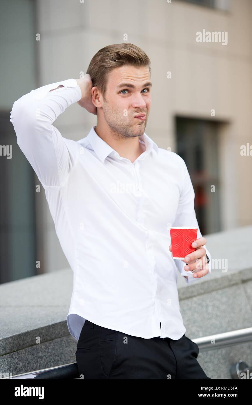 Pause Wenn Zweifel haben. Man nachdenkliche Gesicht trinken Kaffee im Freien. Schritte mit Selbstzweifel zu beschäftigen und sich selbst wieder Vertrauen. Mann voller Zweifel im Freien genießen Sie die frische Luft. Stockbild