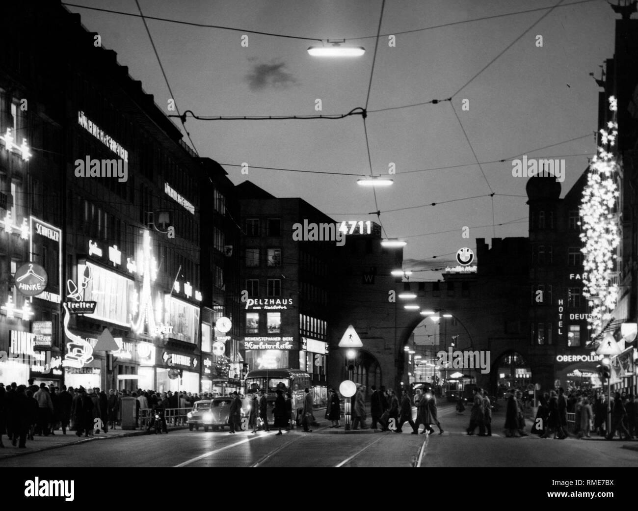 Weihnachtsbeleuchtung München.Weihnachtsbeleuchtung In Der Neuhauser Straße In München Vor Dem