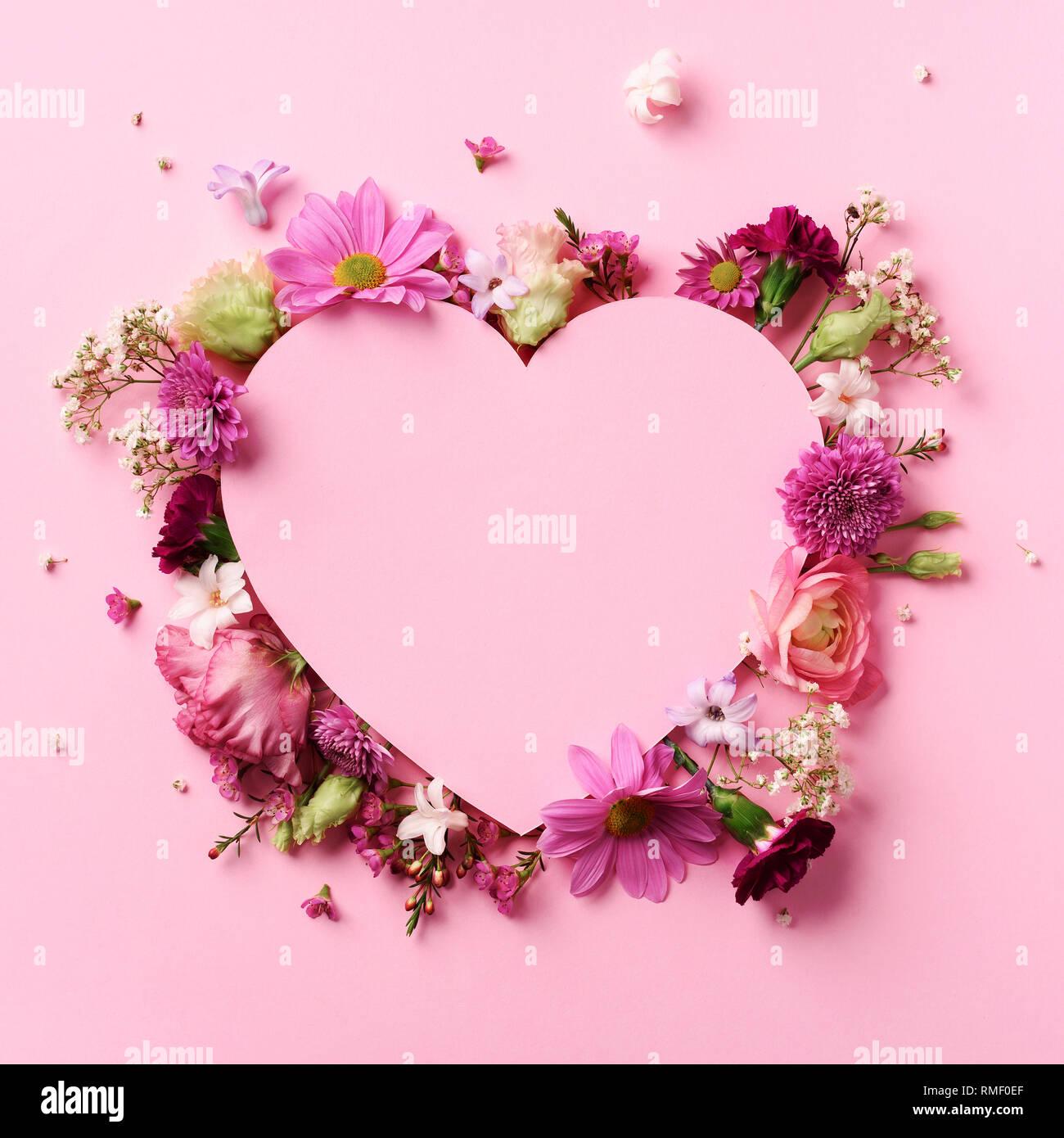 Sehr Kreative Gestaltung mit rosa Blumen, Herz aus Papier über NI16