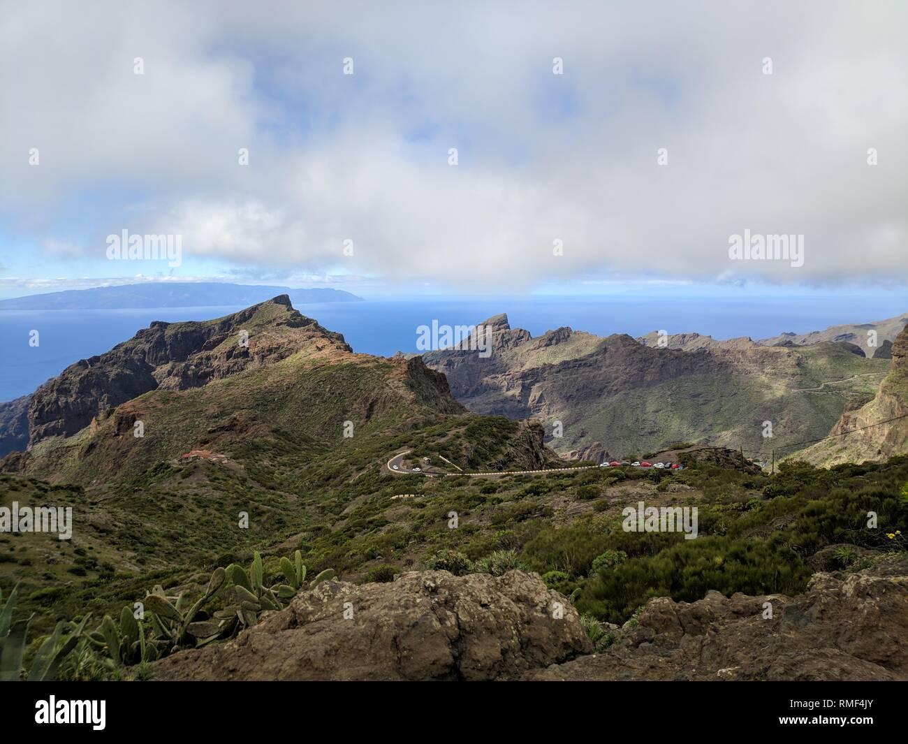 Teno Gebirge mit gebogenen Mountain Road Stockbild