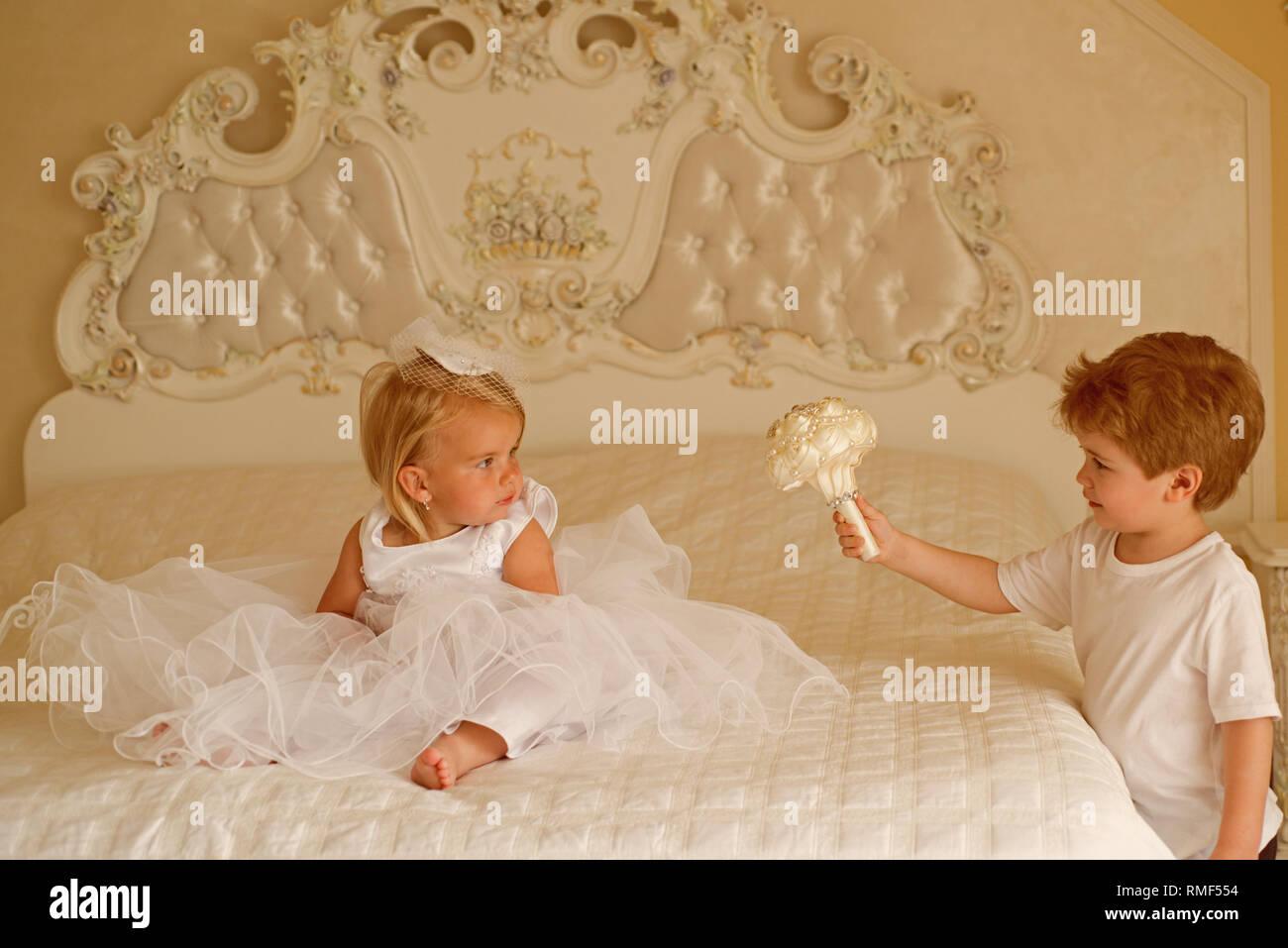 Die beste Frisur. Kleine Kinder bereit für die Hochzeit. Kinder
