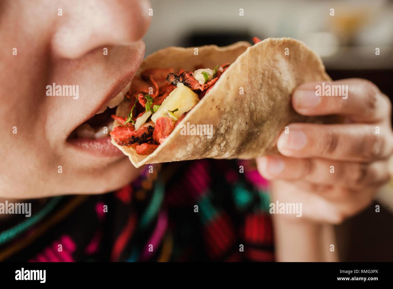 Erntegut Frau mit Taco al Pastor Stockbild