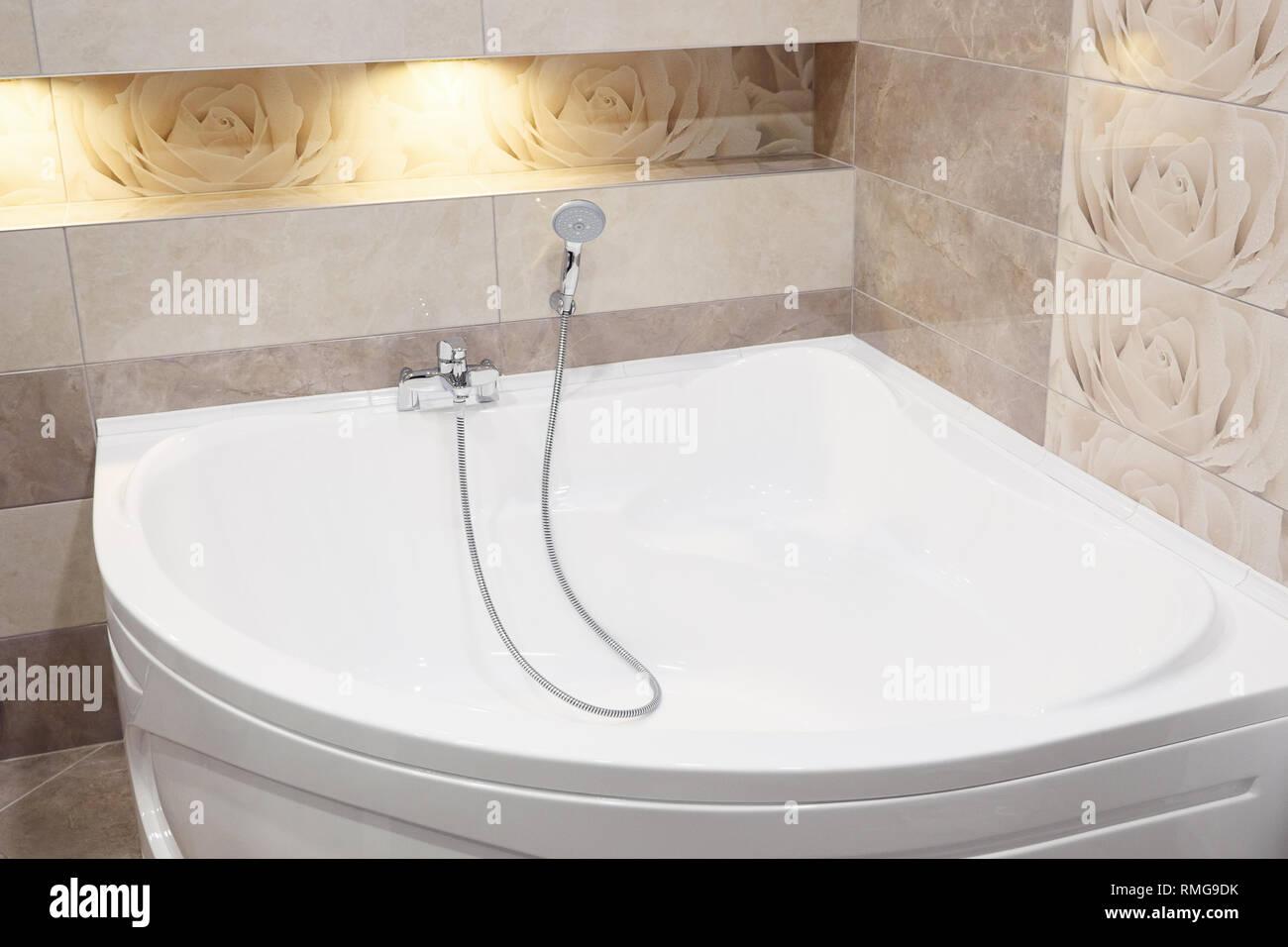 Badewanne Whirlpool im modernen Badezimmer in der Wohnung ...
