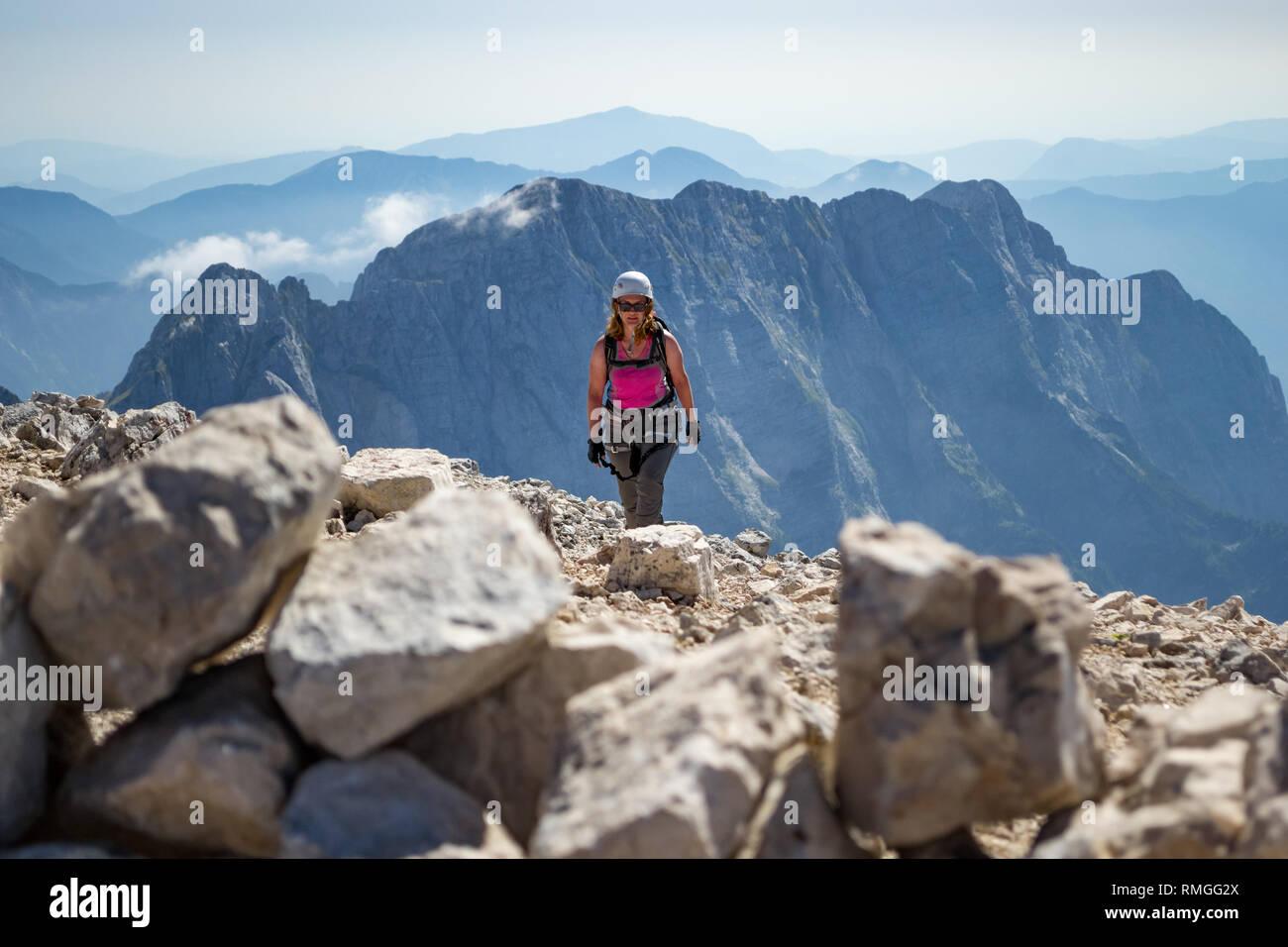 Klettersteig Weibl : Weibliche kletterer finishing ein klettersteig route auf veliki