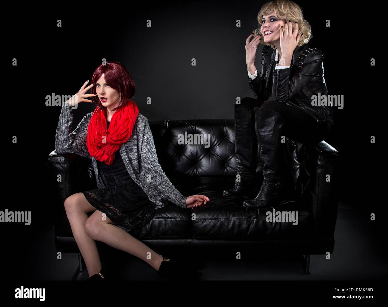 Bescheidene stil Frauen belästigt oder sich schämen, ihre jüngere Schwester Punk Mode Stockbild