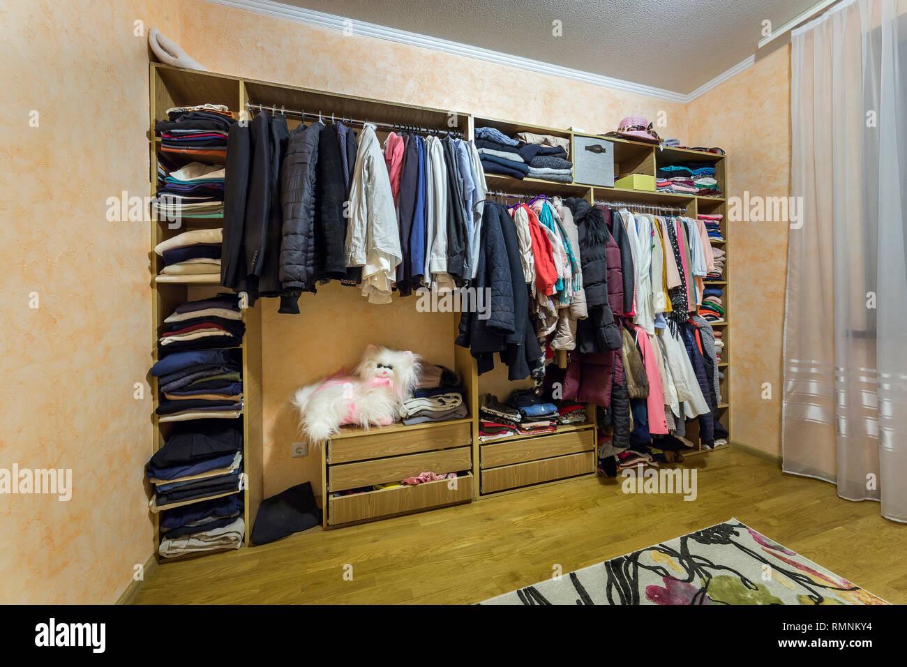 Offnen Dressing Schrank Kleiderschrank Voll Von Verschiedenen
