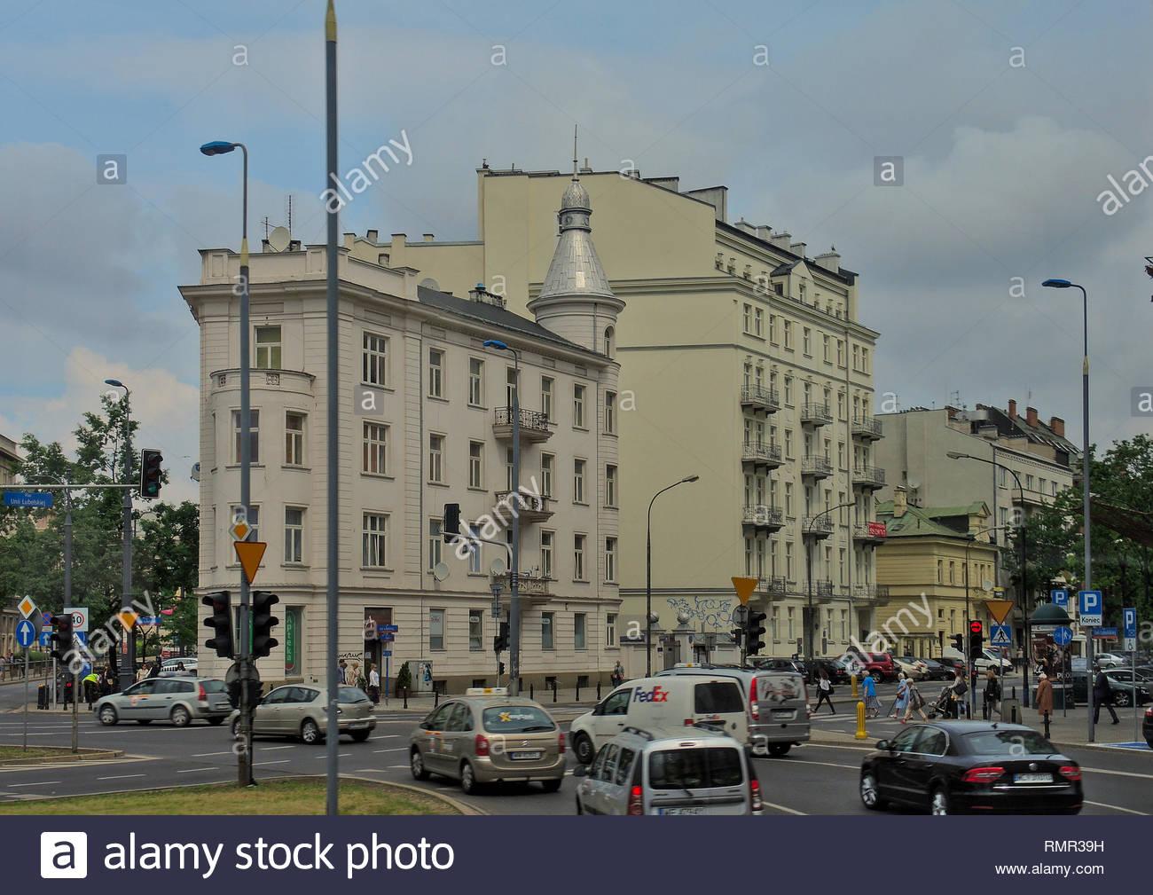 Reiten in einem Kreisverkehr vorbei an historischen Gebäuden in der Innenstadt von Warschau, Polen. Stockbild