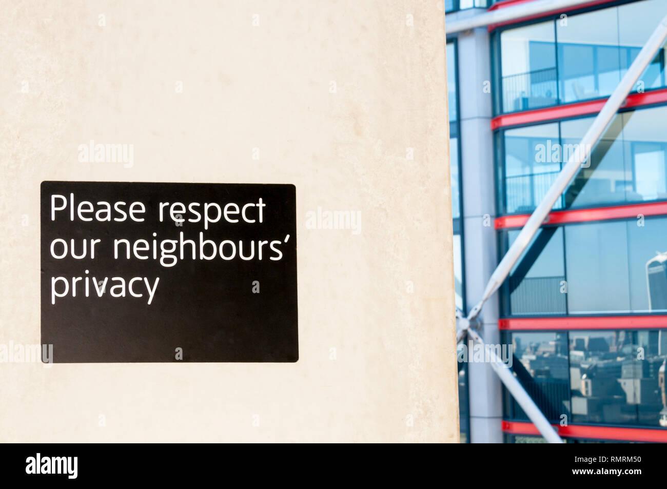 Zeichen auf der Anzeige Galerie der Tate Modern fragt Menschen auf die Privatsphäre der Bewohner der nahe gelegenen Neo Bankside Entwicklung, die sie mit Blick auf die Achtung Stockbild