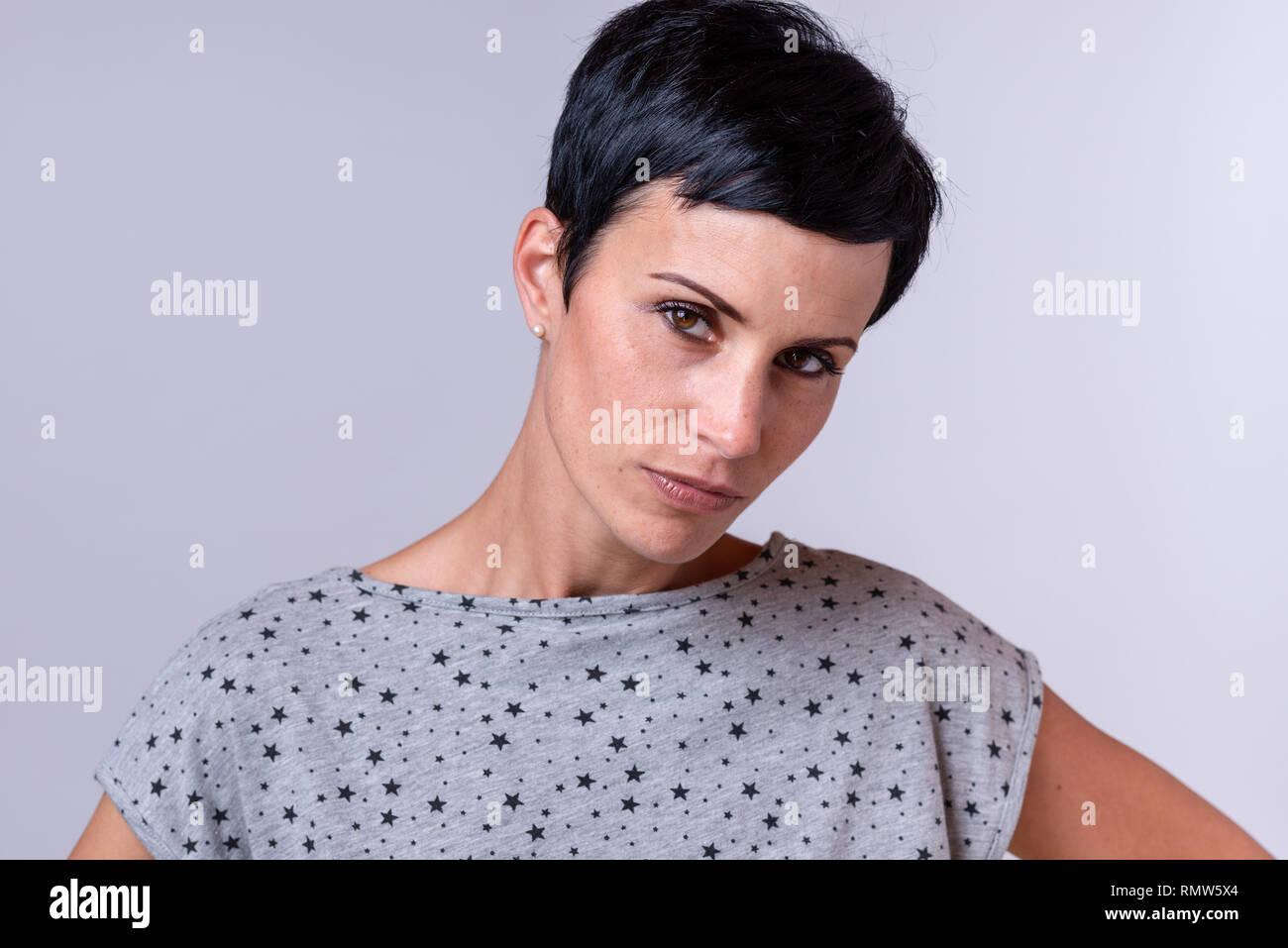 Attraktive Trendy Frau Mit Kurzen Dunklen Haaren Den Kopf Zur Seite