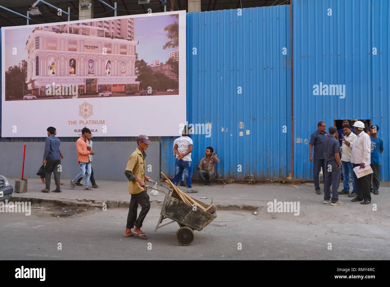Bau eines Mehrfamilienhauses in Patthe Bapurao Marg (Falkland Rd.), Mumbai, Indien, das bis vor kurzem für seine billigen Bordelle bekannt Stockbild