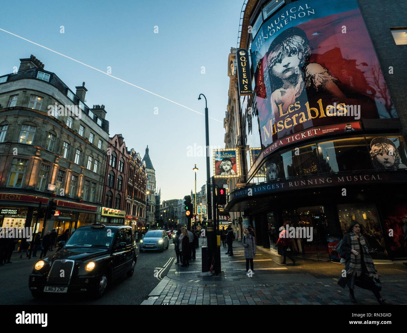 Les Miserables Zeichen am Queens Theatre in der Shaftesbury Avenue, London, England Stockfoto