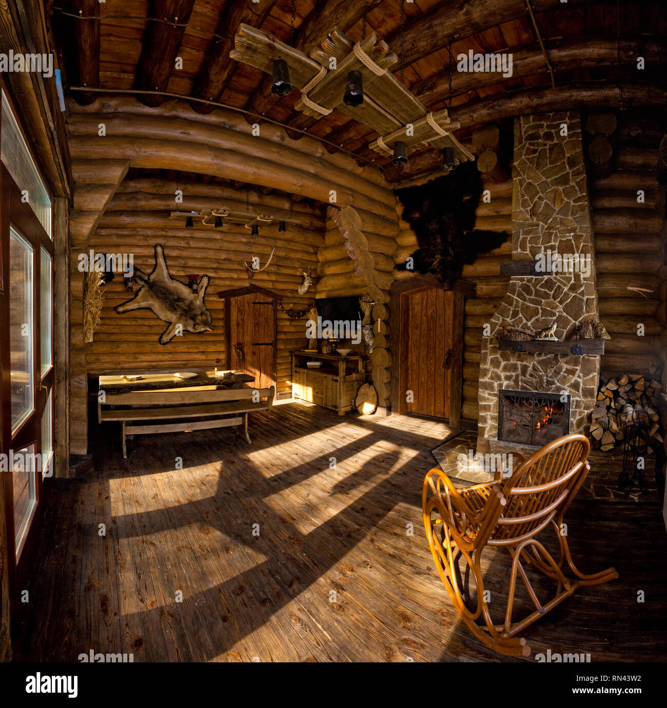 Land Interieur in Jäger Chalet mit Kamin Stockfoto, Bild ...
