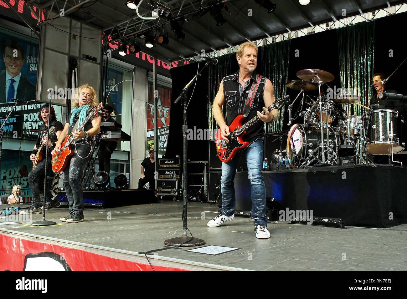 """New York, USA. 21 Aug, 2015. Der rock Gruppe Night Ranger live auf der Bühne am Freitag, 21.August 2015 """"FOX & Friends"""" Alle amerikanischen Konzertreihen an außerhalb der Fox Studios in New York, USA. Quelle: Steve Mack/S.D. Mack Bilder/Alamy Stockbild"""