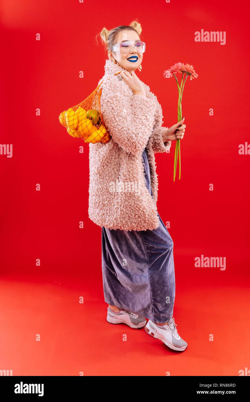 buy popular 63900 a528a Blonde Frau mit blauen Lippen tragen lange Kleid und rosa ...
