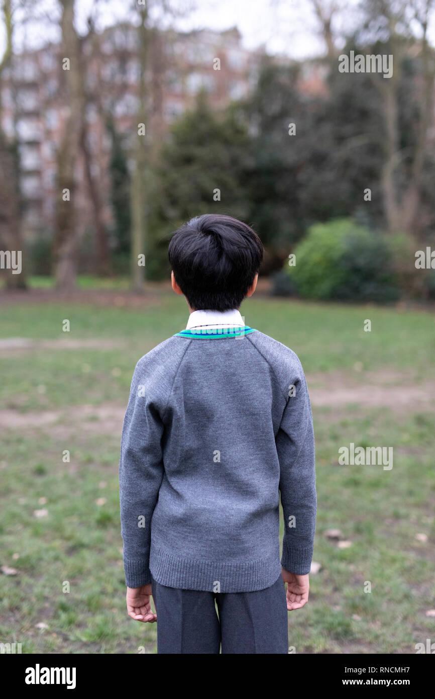 Grundschule im Alter junge Bäume im Park suchen Stockbild