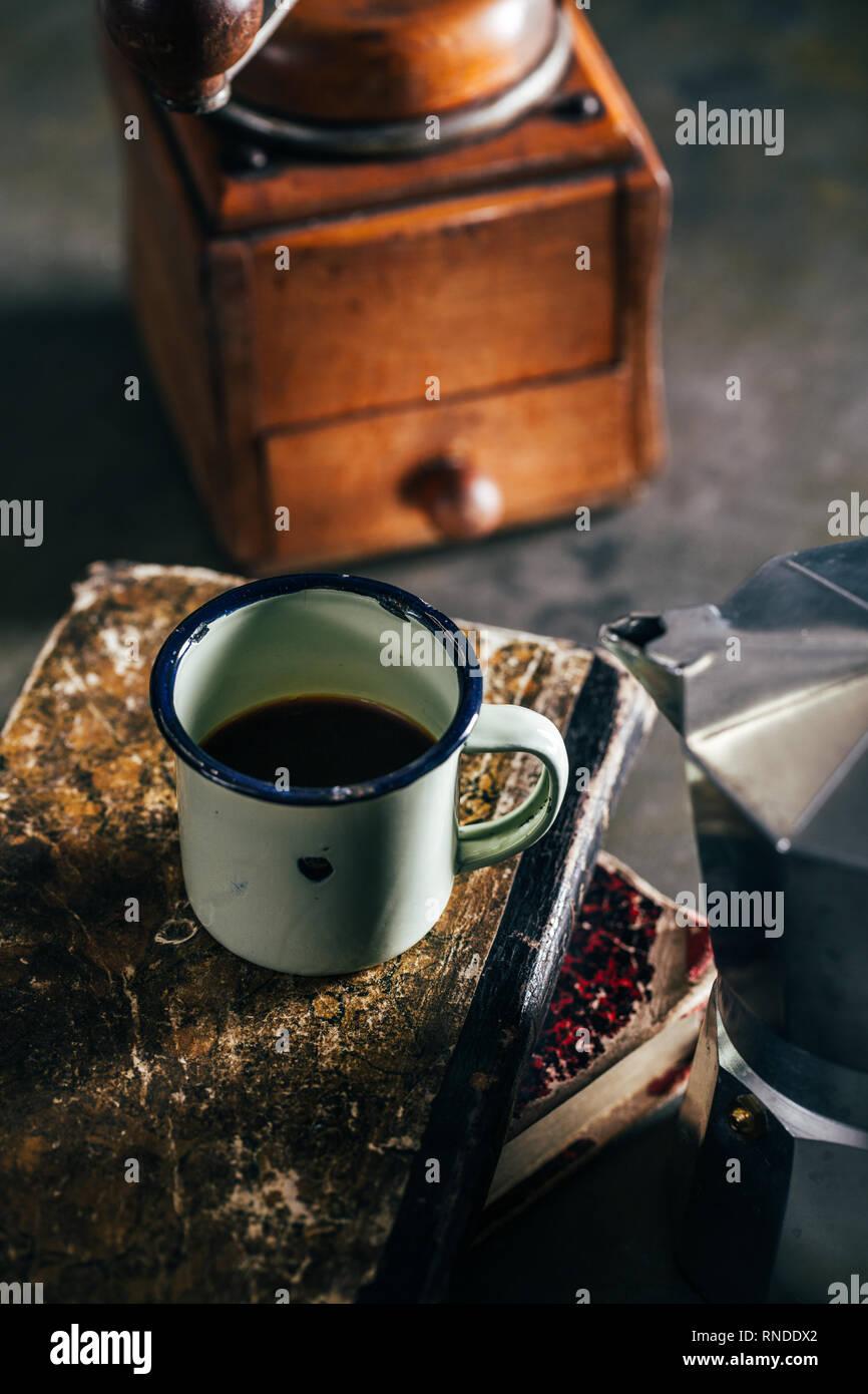 Kaffee in einem Emaille Tasse mit einem kaffeemühle Stockbild
