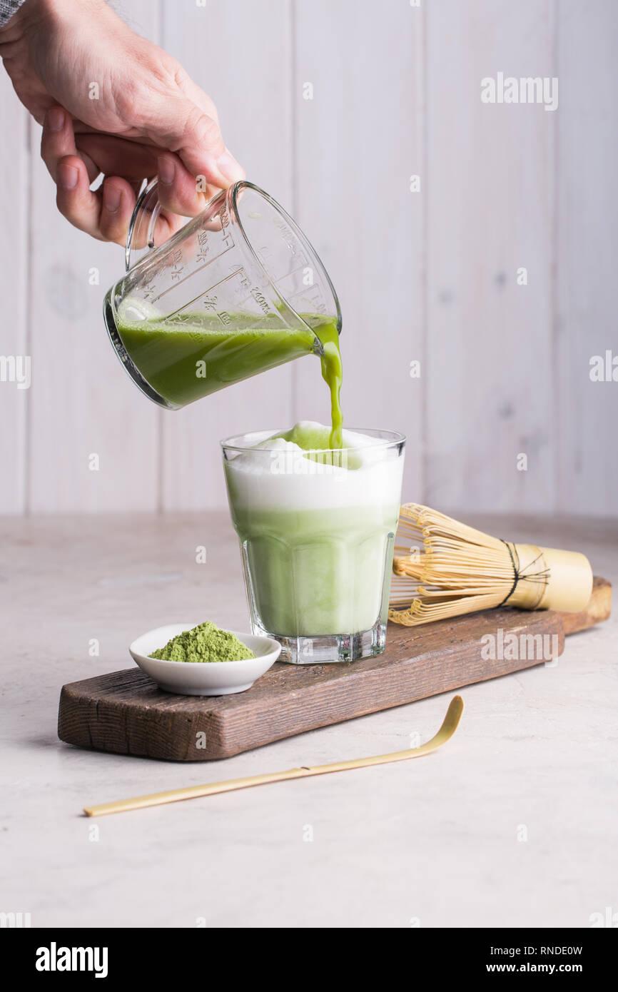 Vorbereitung Matcha Latte trinken Stockbild
