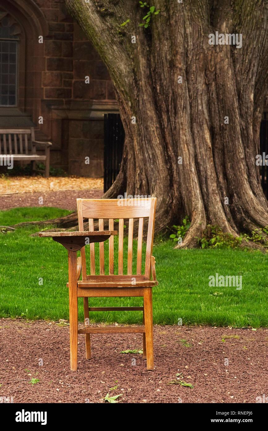 Ein Schreibtisch In Einer Hochschule Hof Sitzen Stockfoto Bild