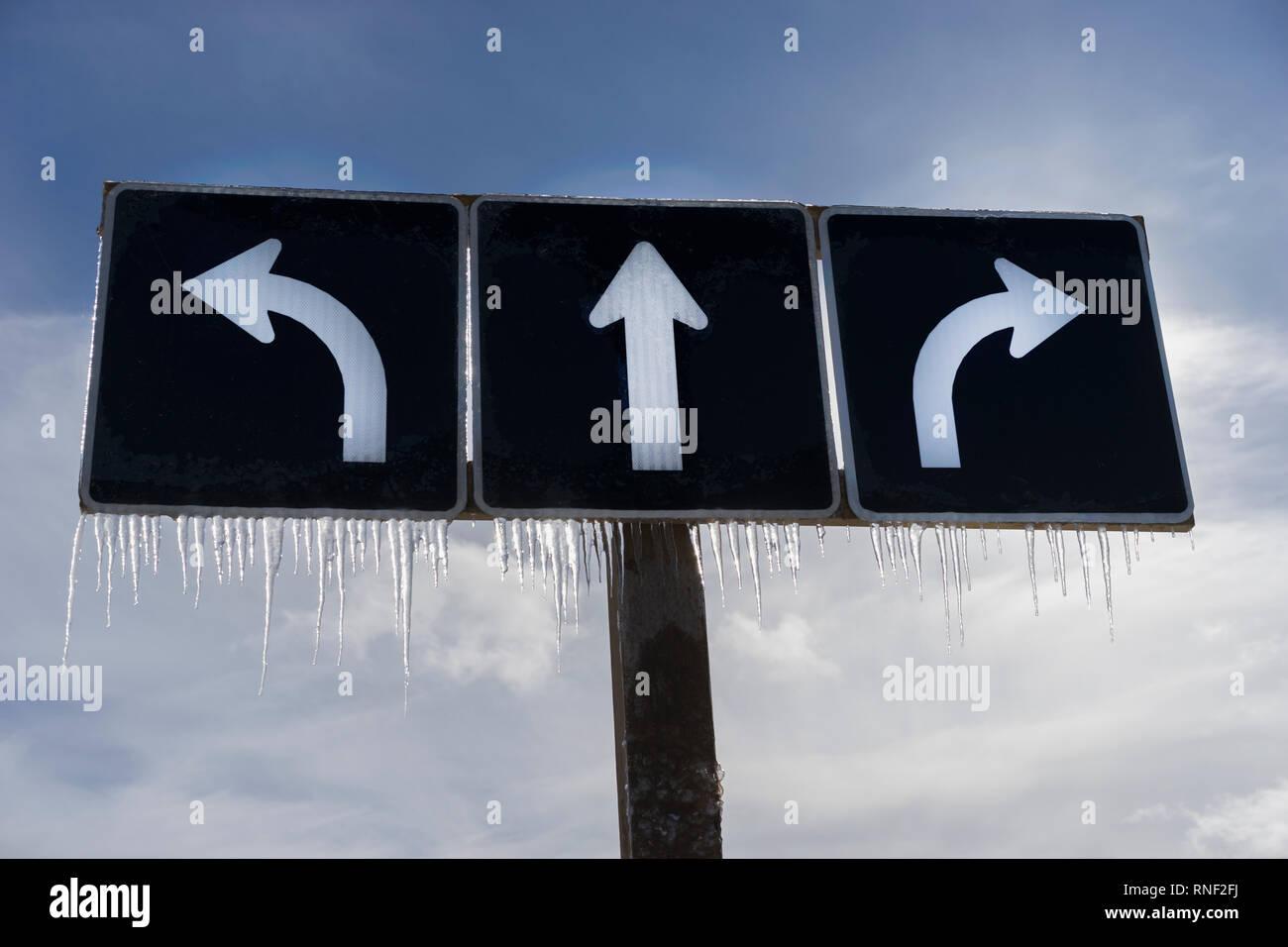 Der Verkehr von Links nach Rechts, gerader Pfeil mit Eiszapfen kaltem Wetter in Toronto, Ontario, Kanada. Stockbild