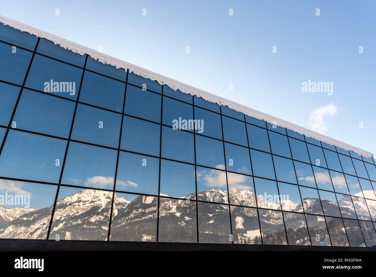 Reflexion von Bergen in einem Gebäude aus Glas - Skigebiet Hauser Kaibling in Österreich Top Skigebiete miteinander 4 Berge Ski Österreich Stockfoto