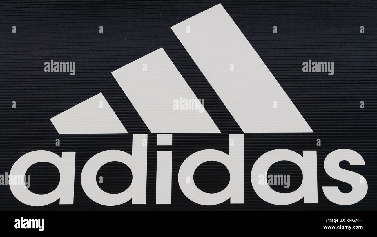Miercurea Ciuc, Romania-Adidas Straßenschild auf lokalen shoostore Stockfoto