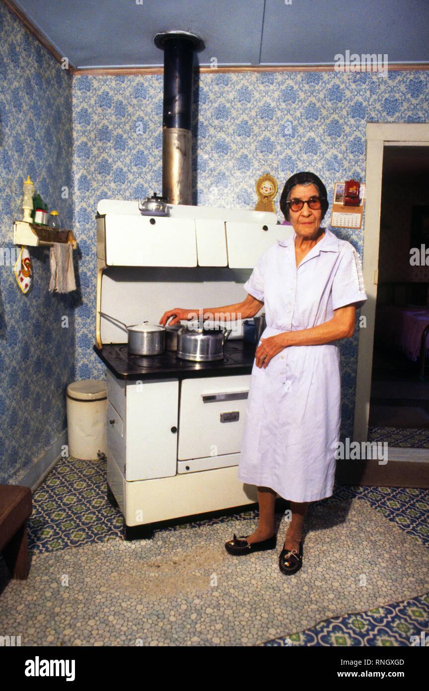 Eine ältere Hispanic Frau in ihrer Küche in Lincoln, Nebraska ...