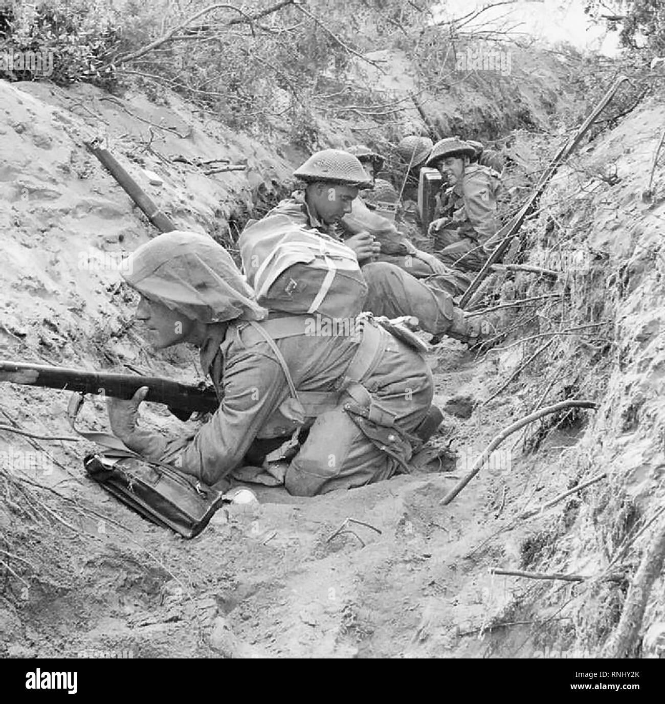 Männer von 'D' Unternehmen, 1.BATAILLON der Green Howards, 5 Infanterie Division, einen gefangengenommenen deutschen Communications graben Während der Offensive besetzen in Anzio, 22. Mai 1944. Stockbild