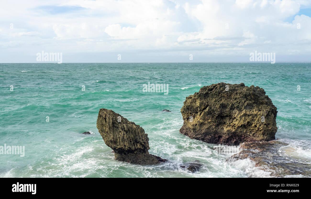 Zwei Kalkstein Felsen im Meer an der Rock Bar am Ayana Resort & Spa Jimbaran Bali Indonesien. Stockfoto