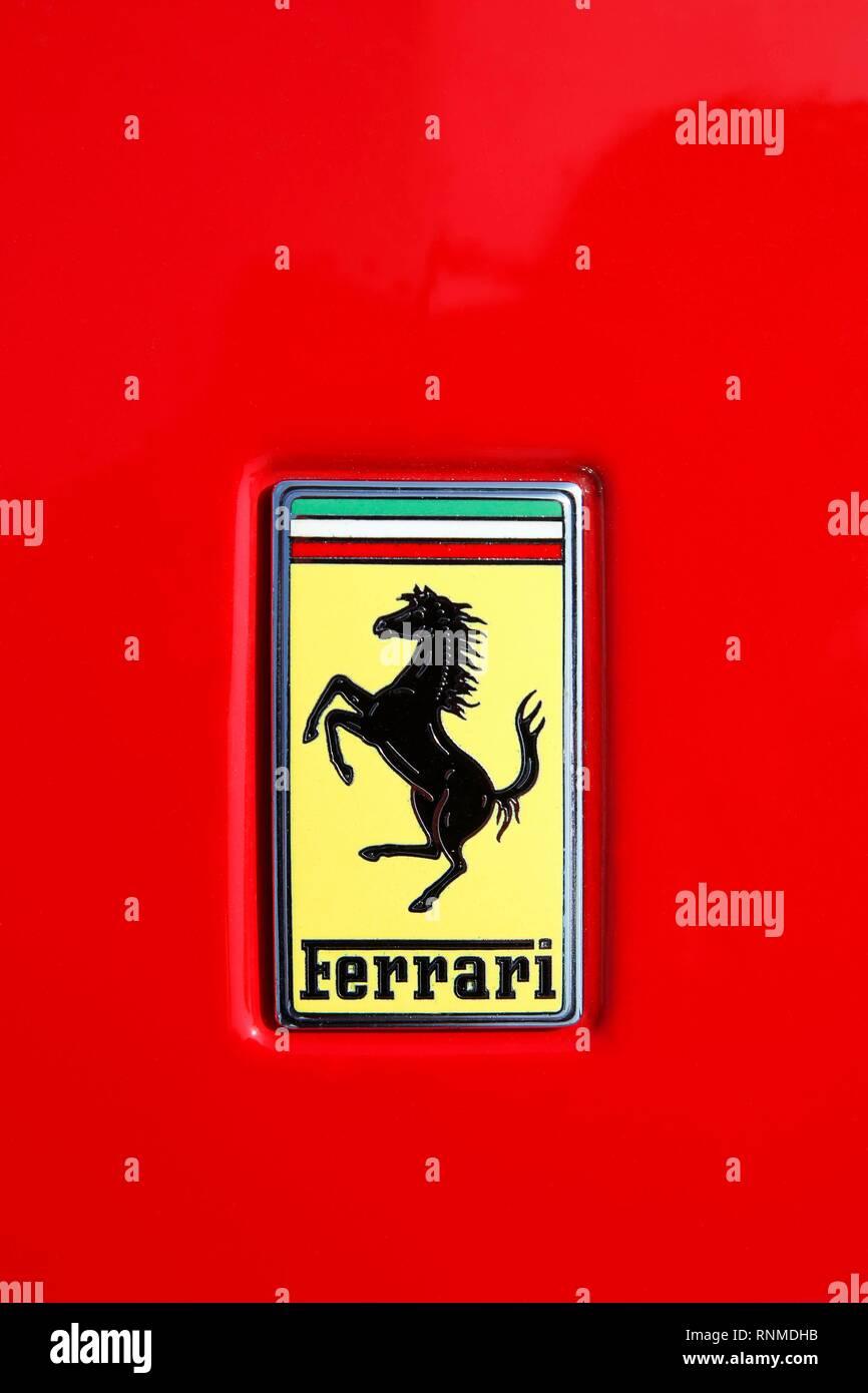 Ferrari Logo Auf Rot Motorhaube Von Einem Ferrari Italien Stockfotografie Alamy
