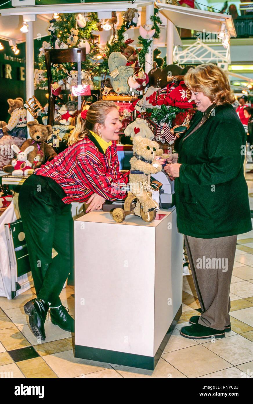 Frauen Geschenke Weihnachten.Junge Frau Verkäufer Weibliche Kunden Frauen Shop Jobs Arbeit