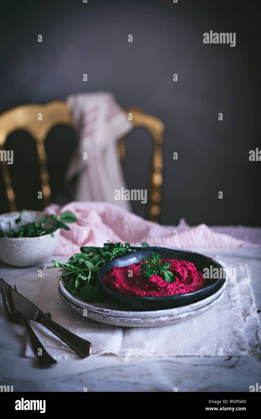 Hummus auf Platte Stockbild