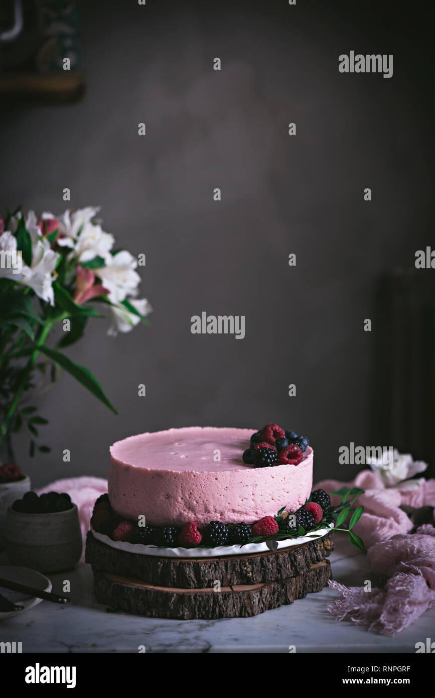 Erdbeerkuchen auf Tisch Stockbild