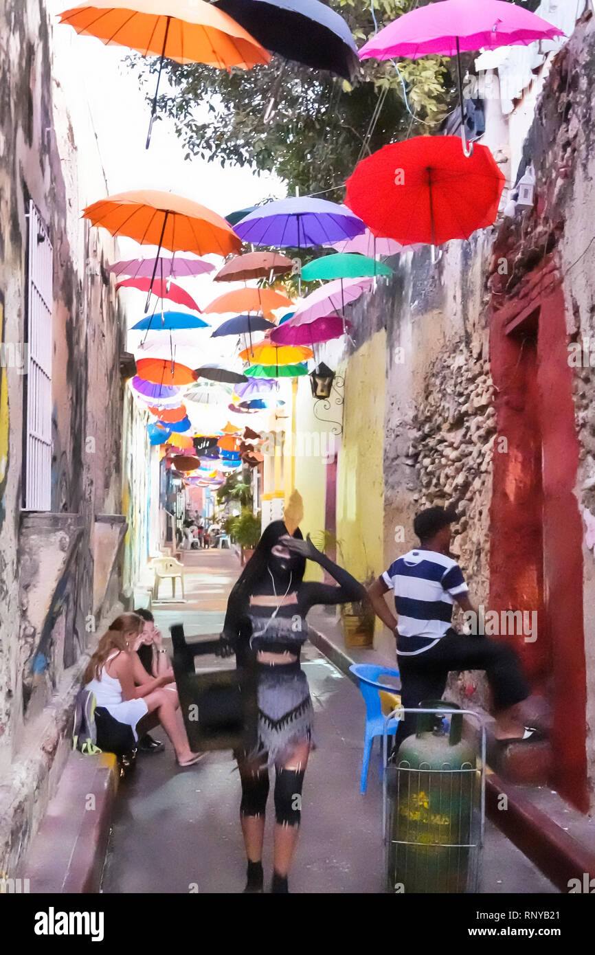 Cartagena Kolumbien alte Walled City Centre Getsemani Callejon Angosto Calle 27 Gasse hängen bunte Sonnenschirme installation Hispanic ma Stockbild