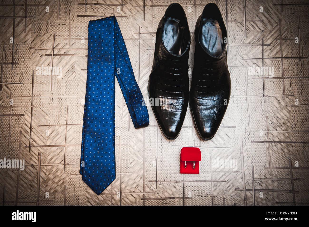 2dd148b2ba Bräutigam Accessoires. Schuhe, Riegel, Ringe in einem Hochzeitstag ...
