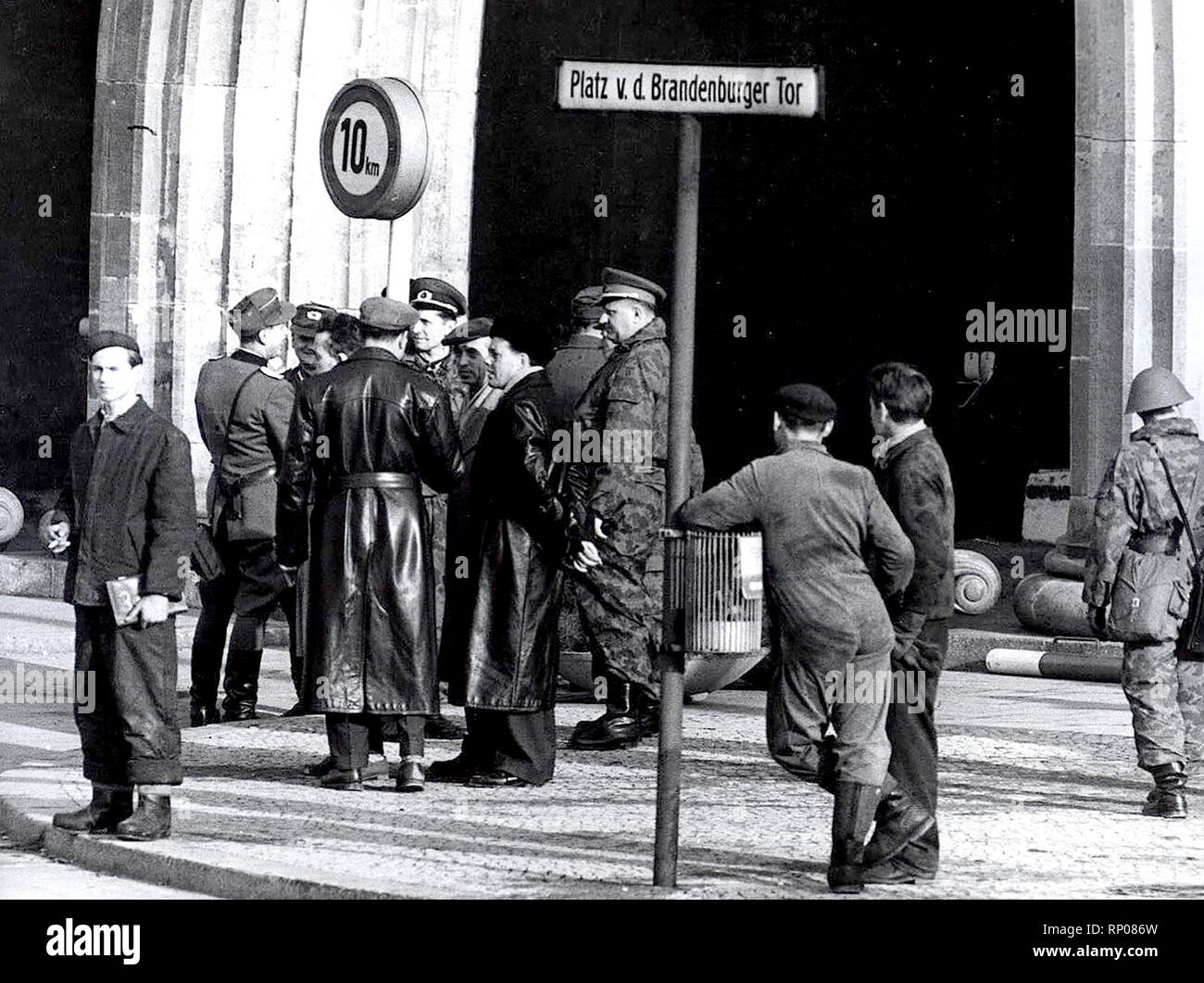11/20/1961 - Auch eine Allgemeine beobachtet die Fortschritte an der Wand am Brandenburger Tor Stockfoto