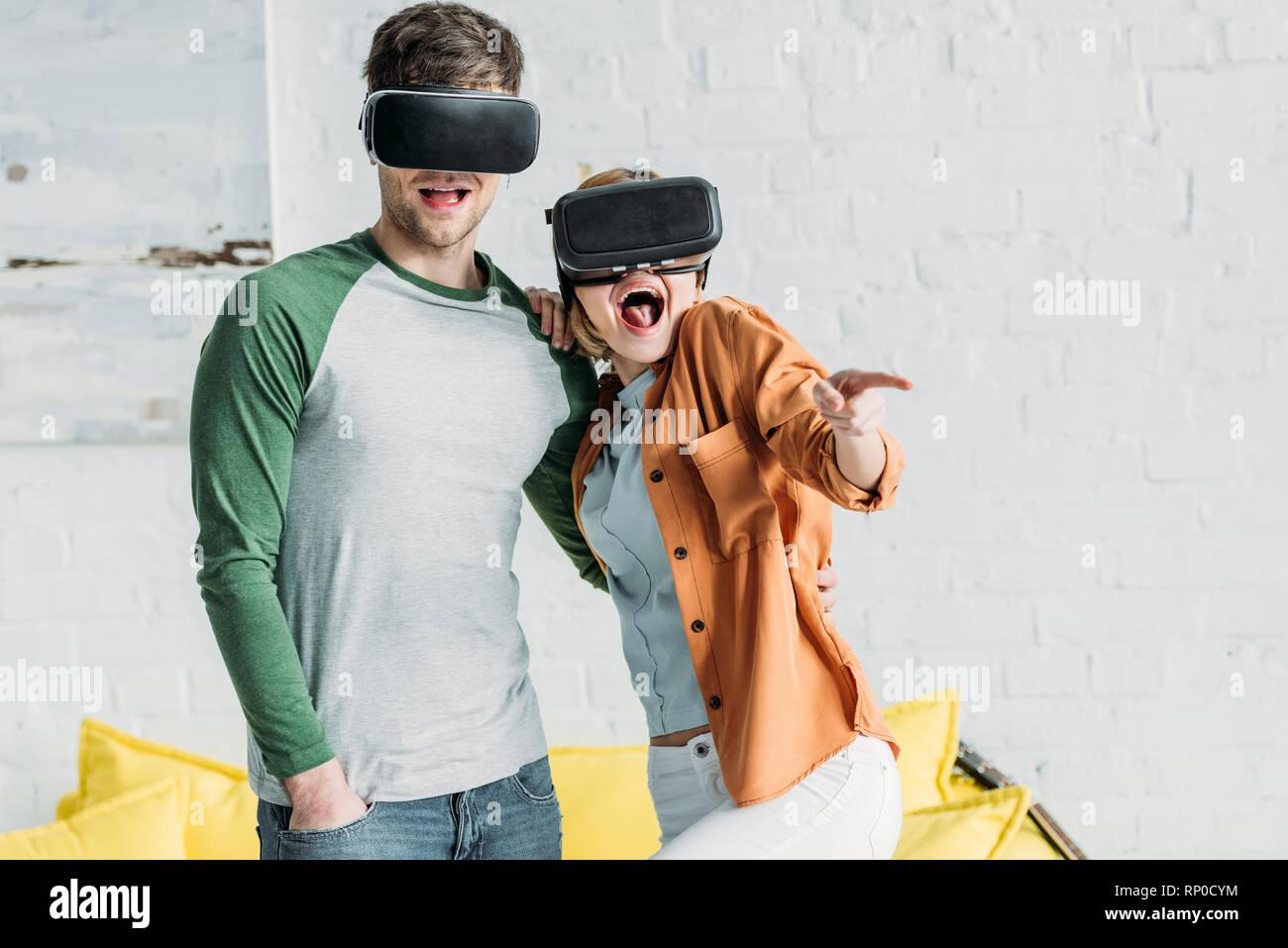 Freunde emotional reagieren, während Sie virtual reality Headsets zu Hause Stockbild