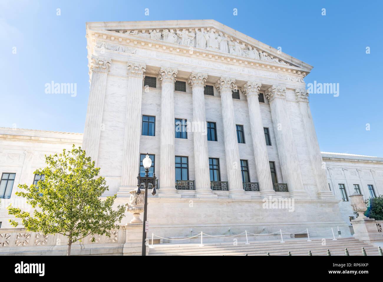 Washington DC, USA die Außenfassade der Oberste Gerichtshof Gebäude Architektur auf dem Capitol Hill mit Säulen Säulen und Treppen Treppen Stockbild