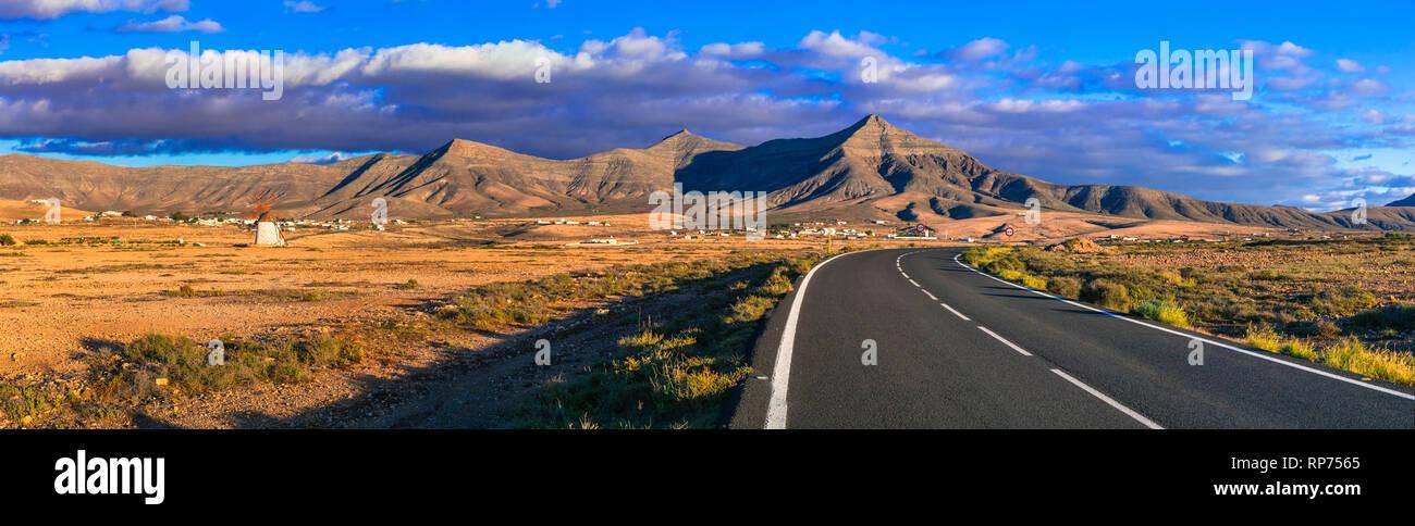 Fuerteventura Reisen - malerische Landschaften der Insel vulkanischen Ursprungs, mit traditionellen Windmühle. Kanarische Inseln Stockbild