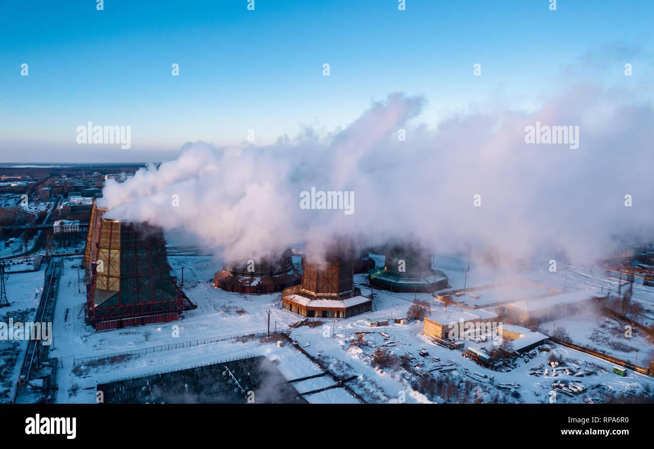 Panoramablick auf die Schwerindustrie mit schädlichen Auswirkungen auf die Natur; die CO2-Emissionen, giftig giftige Gase von Kaminen; Rusty schmutzig Pipelines und Clou Stockfoto